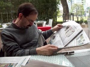 Roberto_Fiadone_leyendo_el_diario