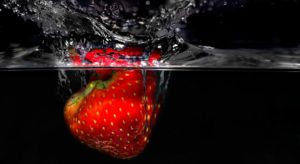 fresa-en-agua-pixabay