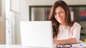 mujer-usando-computadora